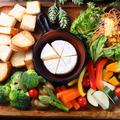 料理メニュー写真旬の野菜盛り合わせと北海道産カマンベールのチーズフォンデュ