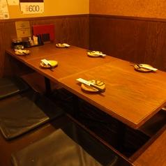 <2階>上がってすぐ右に曲がったお席は、常連様に大人気のお席です♪5~6名様にピッタリのお席です。