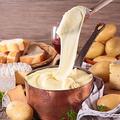 料理メニュー写真ソーセージ盛り合わせ のび~るアリゴチーズ添え