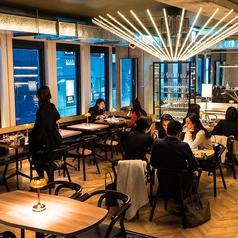 夜カフェも、居酒屋も。おしゃれ空間でどうぞごゆっくり。女性中心の落ち着いた店内です。