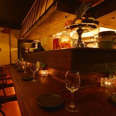 一枚板で仕上げた木のカウンター席。気になるあの人との距離を縮めるにはうってつけのお席です♪豊富なドリンクと個性豊かな料理とご一緒にお楽しみ下さい。