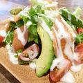 料理メニュー写真サーモンとアボカドのシーザーサラダ