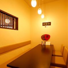 半個室は入口の暖簾以外は壁なので、周りを気にせずお食事や会話をお楽しみ頂けます。少人数での女子会や記念日などのご利用にも最適です。