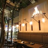 おしゃれなライトに照らされたテーブル席は、最大10名様までお使いいただけます。