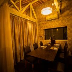 カーテンで仕切り、6名様用の個室としてお使いいただけるテーブル席(2階)