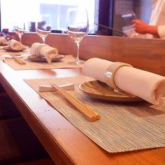 料理人の息遣いを感じる、臨場感溢れるカウンター席