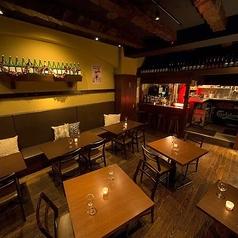 バルのような雰囲気のテーブル席は広々とした空間。仕事帰りのサク飲みで使いやすい席。