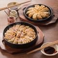 料理メニュー写真鉄鍋餃子はもともと屋台から広まった、博多の味。かぼす胡椒と酢醤油で召し上がれ。