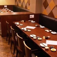縦長のテーブル席、1列最大13人、2列で最大25人。片側がベンチシートになってます。