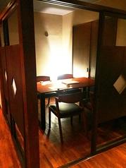 2階奥の雰囲気◎の個室。間接照明が大人な雰囲気を醸し出す。