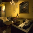 当店一番人気のソファー席!!シャンデリアがより一層雰囲気を盛り上げてくれる!!