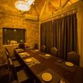 カーテンで仕切り、8名様用の個室としてお使いいただけるテーブル席(2階)