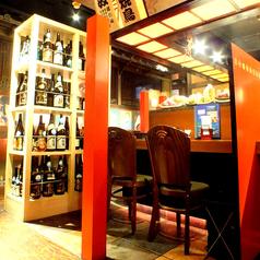 当店自慢のカウンター席。和モダンな落ち着いた雰囲気です。佐渡純血島黒豚、日本海天然ぶり、佐渡紅ズワイ蟹など、自慢の逸品をお楽しみいただけるコースを3980円~ご提供いたします。佐渡の郷土料理を堪能できる居酒屋『土風炉 京橋店』に是非ご来店ください。