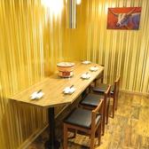 他のお席との間隔も十分に確保した、まるで個室な金色スペース♪海外のポップスが流れる1階の店内奥には、お酒や食事をゆっくりと楽しめる4名様までご利用可能なテーブル席ご用意しております。少人数で盛り上がる女子会やママ会に、出張やご旅行でお越しの皆様は地元食材を使った料理の数々をどうぞご堪能くださいませ。
