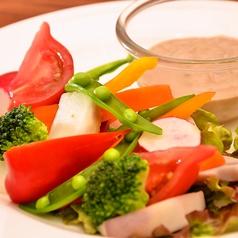 料理メニュー写真日替わり野菜のサラダ アンチョビ豆富マヨディップ