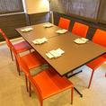 可愛いオレンジの椅子のテーブル席♪女子会や誕生日会なんかでもご利用できます!当店では女性に大人気のラクレットチーズやチーズフォンデュなどもご用意しております♪また、他にもスパークリングワインなんかも飲み放題のプランもご利用可能になっております♪本格イタリアンをご堪能あれ!