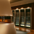 【ワインセラー】奥には数百本を収納するワインセラー完備。お好みの1本を…