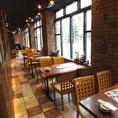 【多様なテーブル席】大きな窓ガラス沿いのお席!札幌の夜を楽しみながらぜひお食事はいかがですか?オープン席ですが、札幌駅前店なら長ーいお席なので周りのお客様は気になりません。北海道を楽しむ夜ならぜひいろはにほへと札幌駅前店へ!北海道のおもてなしでお待ちしております。