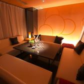 4名様~12名様ご利用頂けるソファー個室。GENOME.のロゴが浮かび上がるおしゃれ空間です。