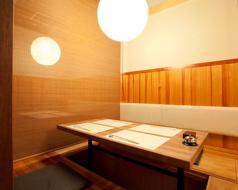 4名様で座れる個室のお席です。仕切りが付いているので、人数によって変更が可能です。