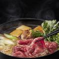 鍋ぞうの「すき焼き」は具材を煮込んで召し上がるスタイルです。「こいくちしょうゆ」と沖縄黒糖の「黒糖蜜」を使用した極上の割下です。