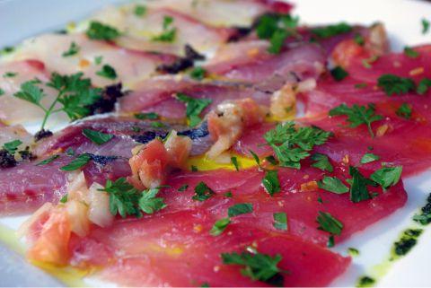 毎朝、築地から仕入れるおいしい鮮魚をワインに合う色々なスタイルで