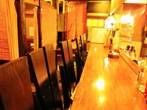 個室風に仕切られたテーブル席と落ち着いた照明は隠れ家的で居心地満点。