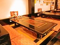 広々したお座敷、大きな鉄板完備のお座敷席