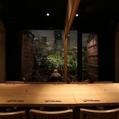 小庭がライトアップされ、都会の喧騒を忘れるほっとしたお部屋となっております。4名様~10名様でご利用いただけます。