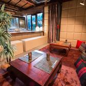 隠れ家風のまったりくろげるホームパーティーに最適な空間。8名から最大12名までのテーブル席と、カウンター席を完備。お客様ご自身がご利用いただけるバーカウンターや坪庭も併設。仲間内での貸切パーティーなどにご利用頂けます。
