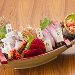 石巻港直送の新鮮な刺身を盛り合わせたボリューム満点の一品!3~4人でシェアしてどうぞ!