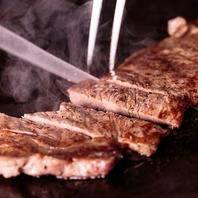 目の前で豪快に焼き上げる、鉄板料理の数々