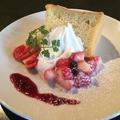 料理メニュー写真苺のシフォンケーキ