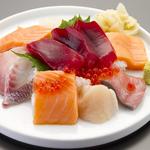 人気!豪快ぶっかけ寿司(2~3人前)は圧倒的なオトク感!!で常連のお客様にも大人気♪
