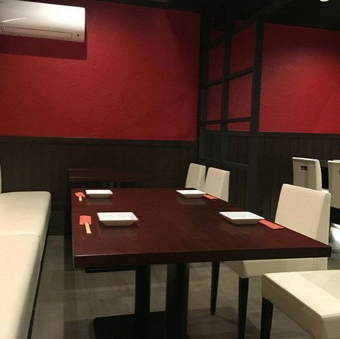 お食事をゆっくりお楽しみいただけるように、テーブルは広くゆったりと配置させて頂きました。グループ利用に適しております。