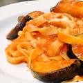 料理メニュー写真なすとベーコンのトマトソースタリアテレ