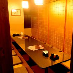魚三蔵は全席完全個室のお席アリ。居心地を追求した個室をご用意。周りを気にせずお酒を飲む個室宴会や、プライベートやデート利用にご活用下さいませ!人気の席タイプなのでお早めのお問い合わせを推奨致します!