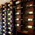 入ってすぐ、壁にはワインボトルが並びます。常備40本ほど取り揃えています。