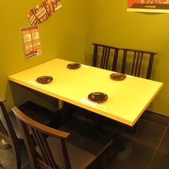 人数に合わせてご活用いただけるテーブル席♪レイアウト自由自在なので2枚様~フロア最大42名様まで対応可能◎もちろん6名様・8名様・12名様など中団体様にも対応できます♪わいわいがやがや盛り上がりたいお客様にはテーブル席がおススメ♪椅子もゆったり着席できるタイプなので広々ご飲食頂けます♪