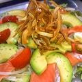 料理メニュー写真アボカドとサーモンのサラダ