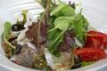 料理メニュー写真プロシュートとベビーリーフのイタリアンサラダ