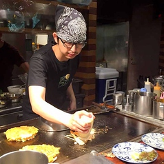 お好み焼きは、スタッフが心を込めて丁寧に焼き上げた熱々の物をテーブルまでお運びいたします!