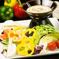 料理メニュー写真自家製バーニャカウダ/定番の生ハムシーザーサラダ