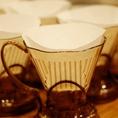 ハンドドリップにこだわります。コーヒードリッパーの上にタイマーを乗せて正確に抽出時間を測ります。少々お待たせしてしまいますが、その待ち時間もコーヒー豆の香りをおたのしみください!