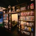 壁、、と思いきや、なんと、本棚の中央が開きます!