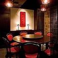 【円卓席】中華料理と言えばやっぱい円卓!全員の顔が見渡せるので、会話が弾みお料理やお酒がより一層美味しく感じられます。またアンティーク調の家具も魅力の一つ!1名様から10名様用と、人数に応じて様々なサイズの円卓のお席をご用意しております。喫煙も可能です。