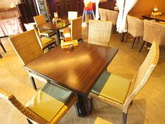 店内中央にある4名テーブル。