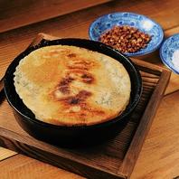 当店の名物餃子は、アッツアツの鉄鍋でご提供!