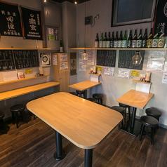 4名様用のテーブル席も2卓あります。ずらりと並んだ日本酒を眺めながらこだわりのてんぷらや馬刺しなど信州直送の料理の数々をお楽しみいただき、〆はやっぱり信州そばで!店内は完全禁煙ですので、お子様連れでも安心してご利用いただけます。