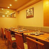白木基調のシックな間接照明が照らすテーブル席